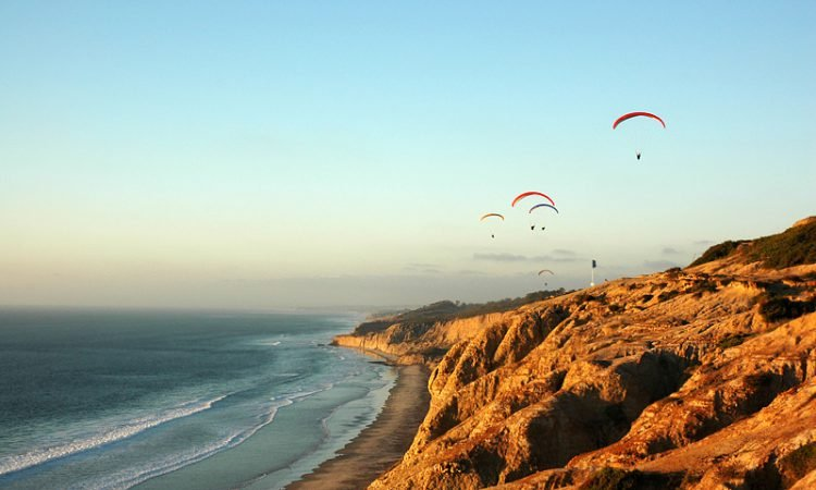 Tourists hanglide above Torrey Pines State Reserve