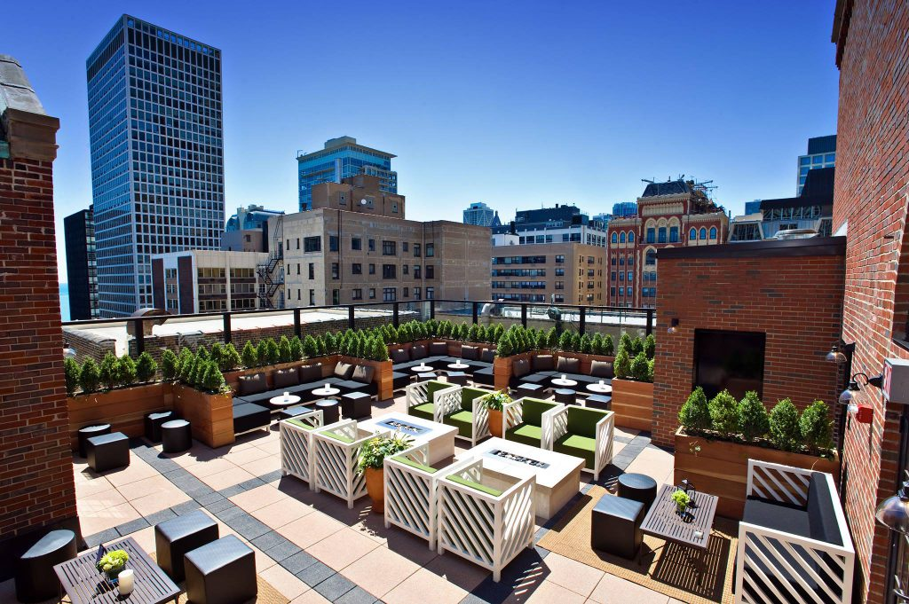 Looking for romantic things to do in Chicago for couples? Visit a rooftop bar!