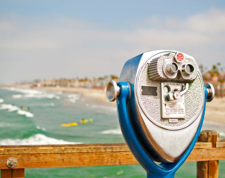 A sightseeing viewer overlooking the San Diego beach