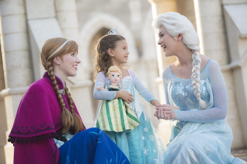 Anna and Elsa from Disney's Frozen meet a little girl